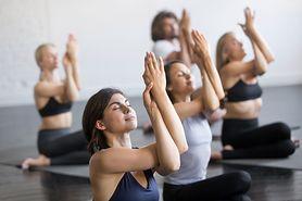 Ćwiczenia w hamaku? Poznaj aerial jogę (WIDEO)