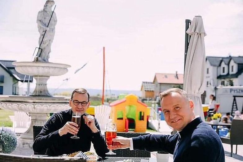 Prezydent i premier na wspólnym piwie. (Zdjęcie: KPRM)