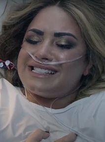 """Demi Lovato odgrywa noc swojego przedawkowania w teledysku """"Dancing With The Devil"""""""