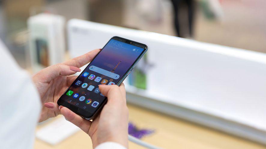 Huawei P20 Pro w rękach klientki w sklepie z depositphotos.