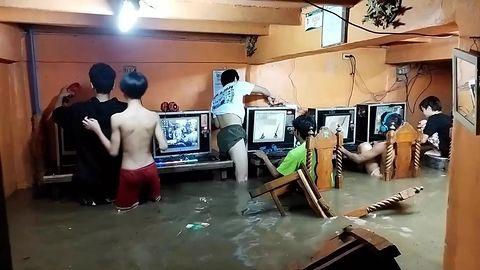 Powódź im nie przeszkodziła. Grali dalej w kafejce internetowej