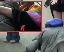 Zapłakana staruszka podeszła do aktywistki LGBT. Ucałowała jej stopę?