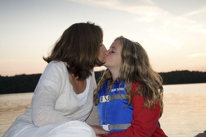 Zapytaliśmy Polaków, co sądzą o całowaniu dzieci w usta