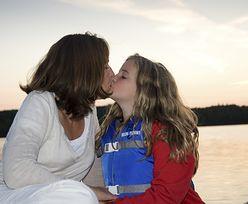 Całowanie dzieci w usta. Polacy mocno podzieleni [NASZE BADANIE]