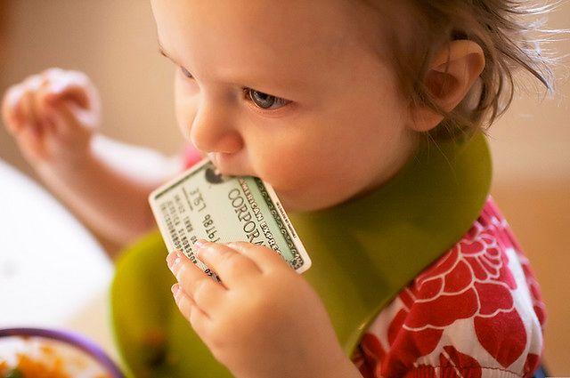 Małe dzieci wkładają wszystko do ust
