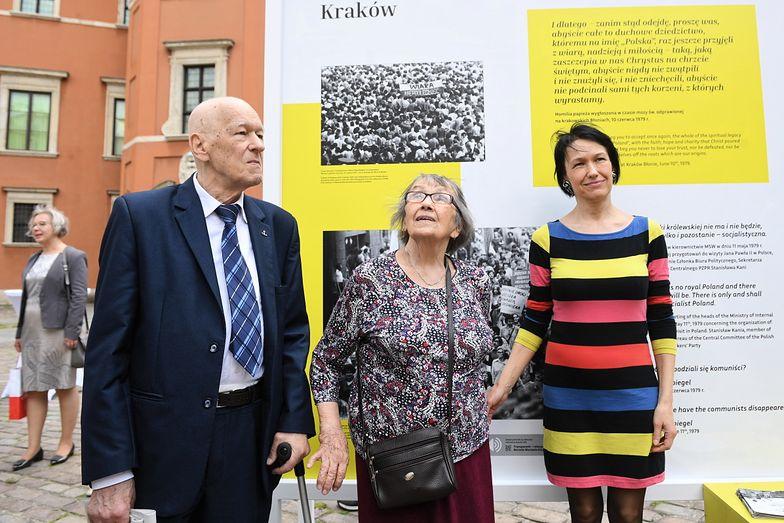Marszałek senior Sejmu Kornel Morawiecki z żoną Jadwigą i córką Martą na otwarciu wystawy IPN w Warszawie w czerwcu 2019 r.