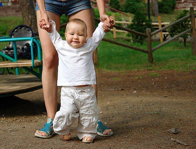 Dziecko stawiające pierwsze kroki
