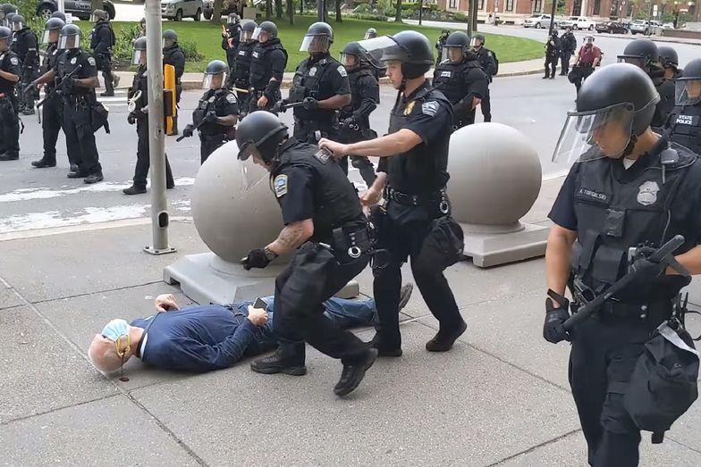 Zamieszki w USA. Policjanci zaatakowali 75-latka. Nie przyznają się do winy