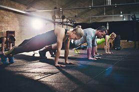 Ćwiczenia na triceps - trening, ćwiczenia z hantlami