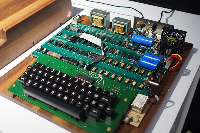 Płyta główna Apple-1, klawiatura i zasilacz