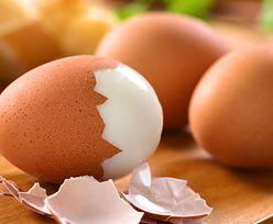 Jak obrać jajko? Genialny trik bije rekordy popularności