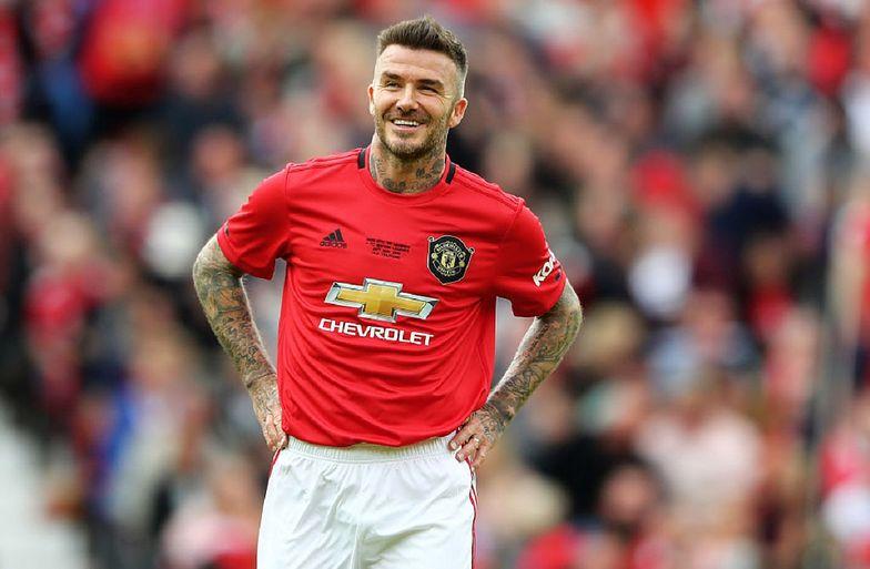 But, w który kopnął trener drużyny z Manchesteru, trafił w głowę Davida Beckhama.