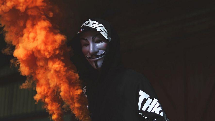 """Anonymous. Zhakowali policyjne radio, by odtwarzać """"F*ck the Police"""""""