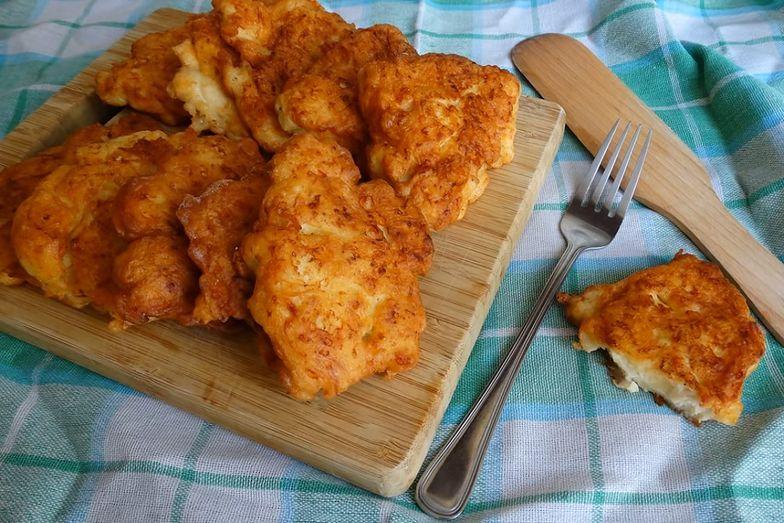 Kotleciki z kurczakiem, majonezem i serem są bardzo proste w przygotowaniu. Danie idealnie sprawdzi się jako szybki obiad.