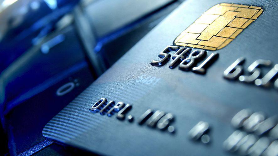 mBank zachęca do umieszczenia zdjęć karty w sieci - niezbyt fortunnie (fot. Shutterstock)