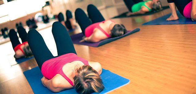 Kobieta w czasie ćwiczeń mięśni Kegla