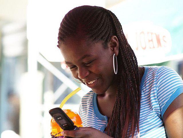 Kobieta skupiona na telefonie komórkowym