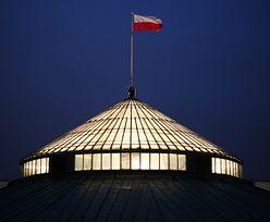 Przez trzy lata przed Sejmem będzie dyżurowała karetka. Za 1,3 mln zł