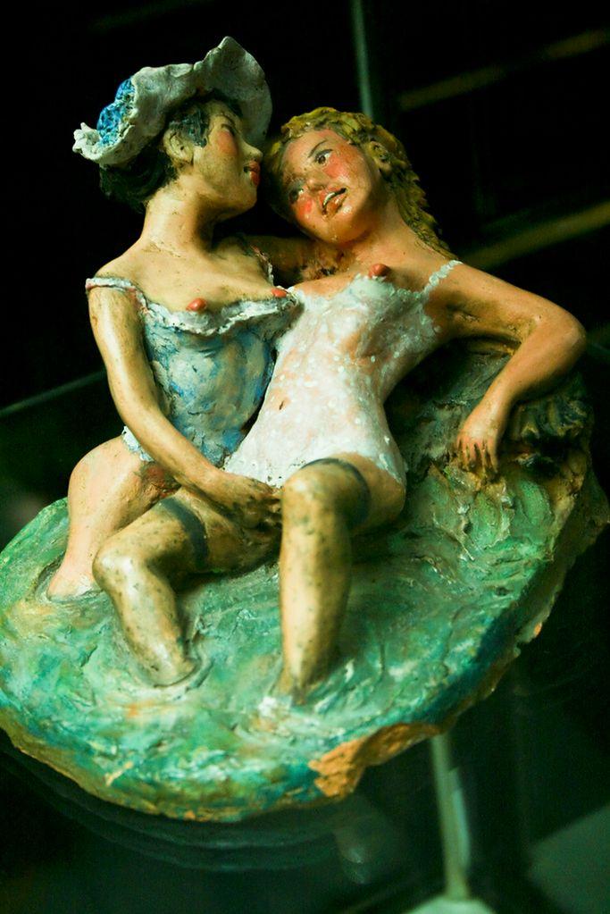 Muzeum seksu - figurka pieszczących się kobiet