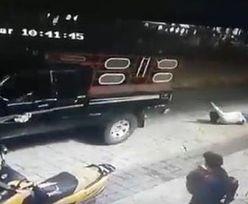 Auto ciągnęło burmistrza przez miasto. Brutalna kara od mieszkańców