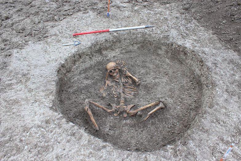 26 ludzkich szkieletów