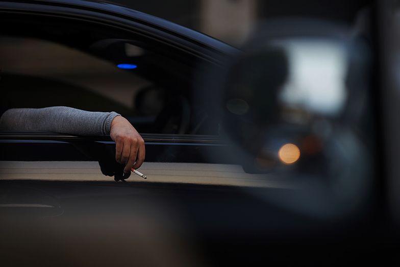 Kierowca porsche ukarany za wyrzucenie papierosa. Ogromna kara