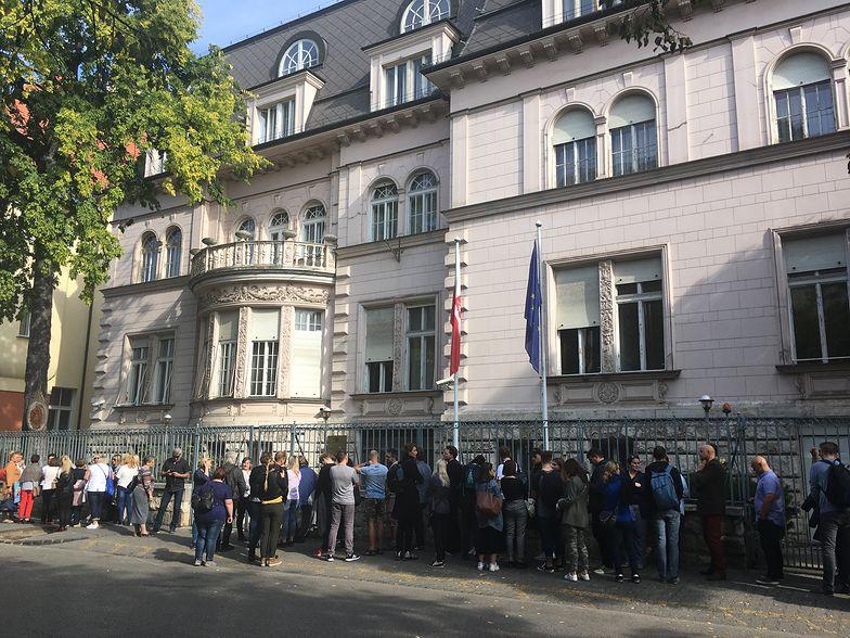 Wybory parlamentarne. Tłumy przed Ambasadą RP w Budapeszcie