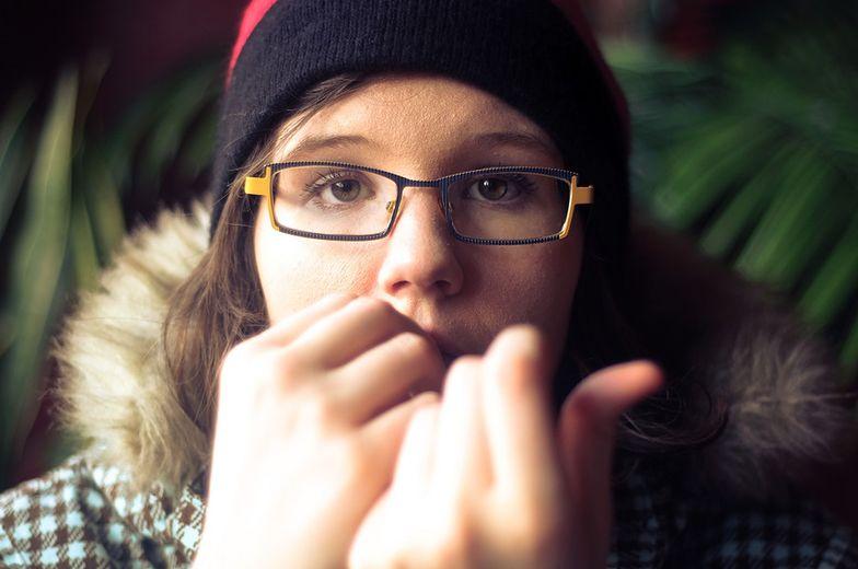 Straciła palec, bo obgryzała paznokcie