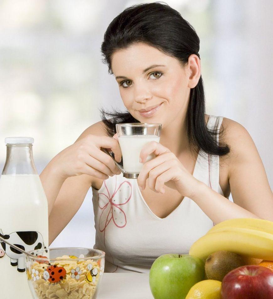 Kobieta przy zdrowym posiłku
