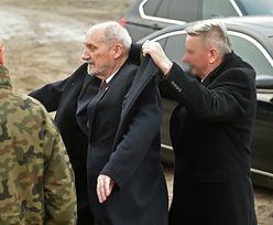 Antoni Macierewicz zakłada płaszcz. Nie sam. Ma od tego ludzi