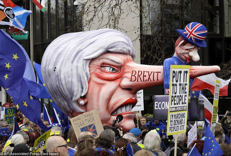 Demonstrujący niosą karykatury premier Theresy May i innych polityków, których oskarżają o niekorzystne przeprowadzenie brexitu