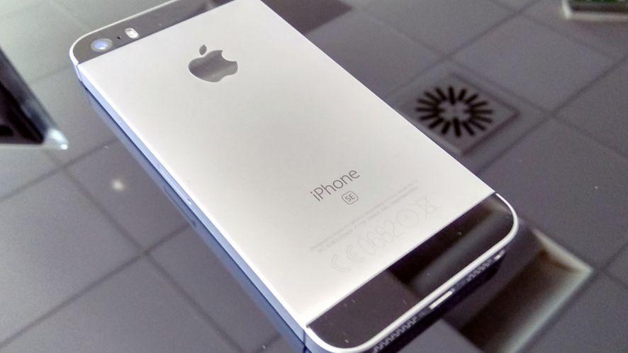 Śpieszmy się kupować małego iPhone'a, Apple ma wycofać model SE