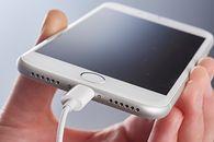 Nowe iPhone'y bez ładowarek to potężna ulga dla środowiska. Apple podało dane - Kolejne iPhone'y również bez ładowarek? (fot. Getty Images)