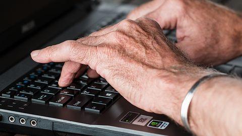 Seniorzy są łatwym celem oszustw w internecie. Trzeba zadbać o ich edukację!