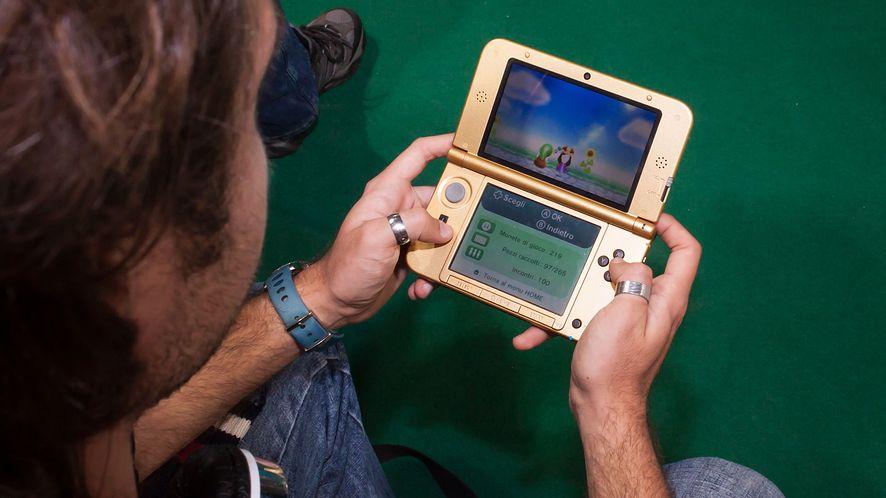 Mężczyzna grający na konsoli Nintendo z depositphotos