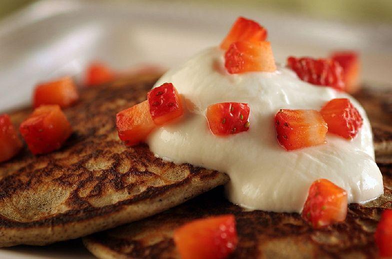 Przepis na placki jogurtowe z truskawkami. Danie w 15 minut