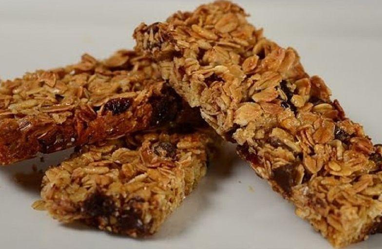 Przepis na batony granola. Zdrowa przekąska z 3 składników