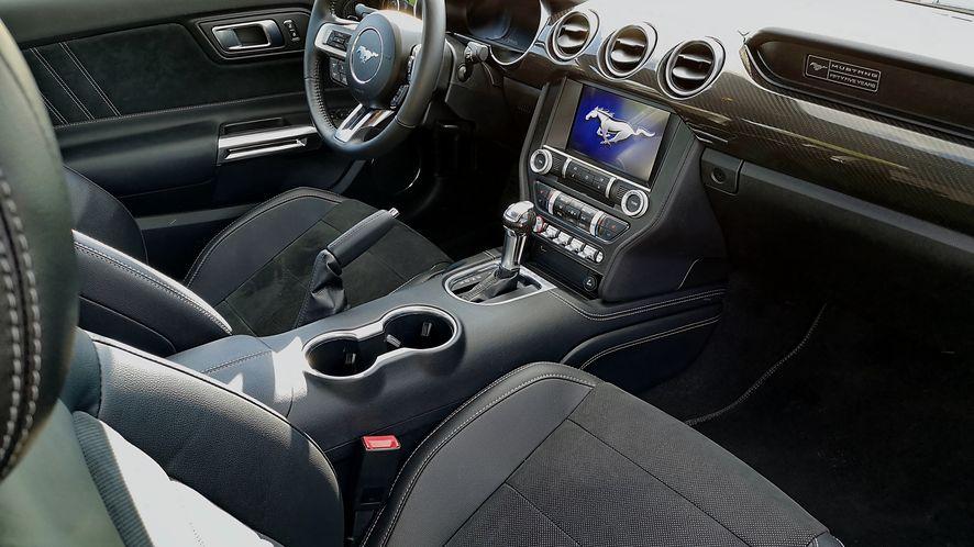 Wnętrze Mustanga GT nie zaskakuje nowoczesnością, ale ma kilka interesujących dodatków