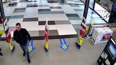 Polska policja szuka złodzieja. Ukradł kontrolery do gier - Poszukiwany mężczyzna, kradzież w Chełmie