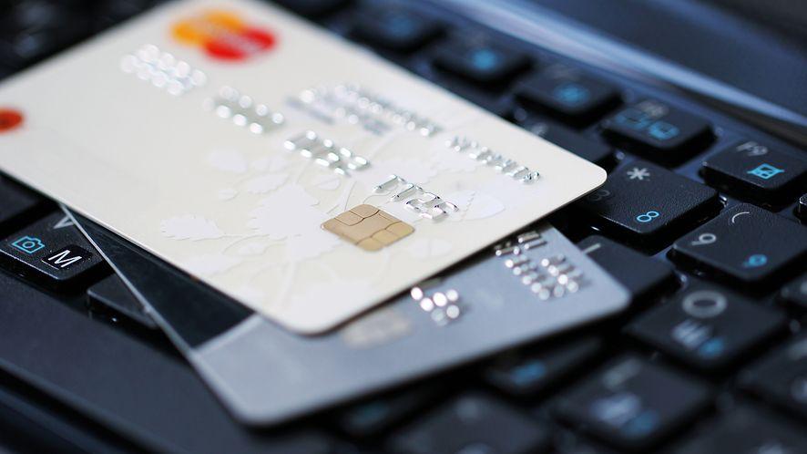 Karty kredytowe na klawiaturze z depositphotos
