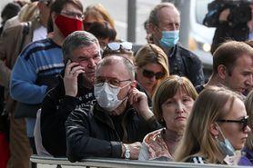 Koronawirus. Prof. Parczewski tłumaczy, kiedy można zdjąć maski na powietrzu (WIDEO)