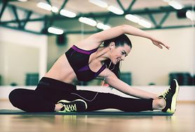 Ćwiczenia na brzuch - plank, wykroki, przysiady, brzuszki, łuk, 6 weidera