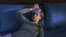 Nocne poty mogą być objawem raka (WIDEO)