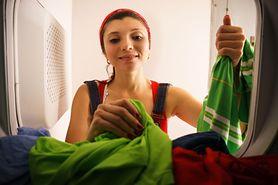 Suszenie ubrań w domu może być niebezpieczne dla zdrowia. Warto zainwestować w suszarkę automatyczną