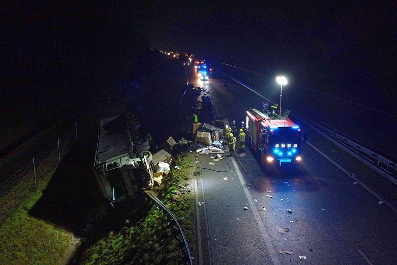 Sceny grozy na S3. Ciężarówka uderzyła w busa. Samochody wypadały z drogi