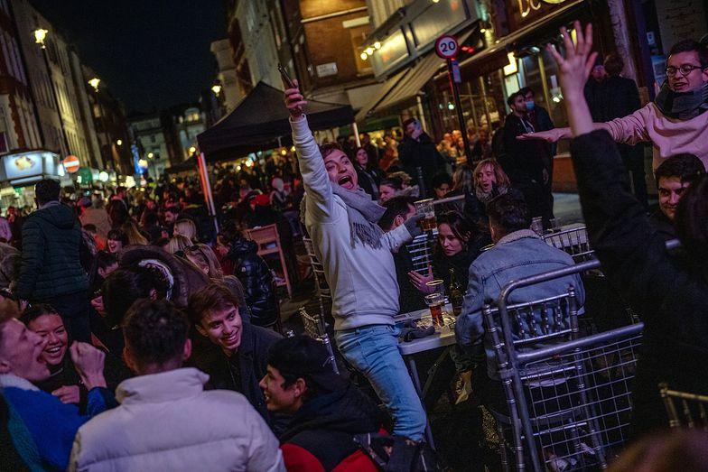 Koniec lockdownu. Brytyjczycy tłumnie wyszli do barów