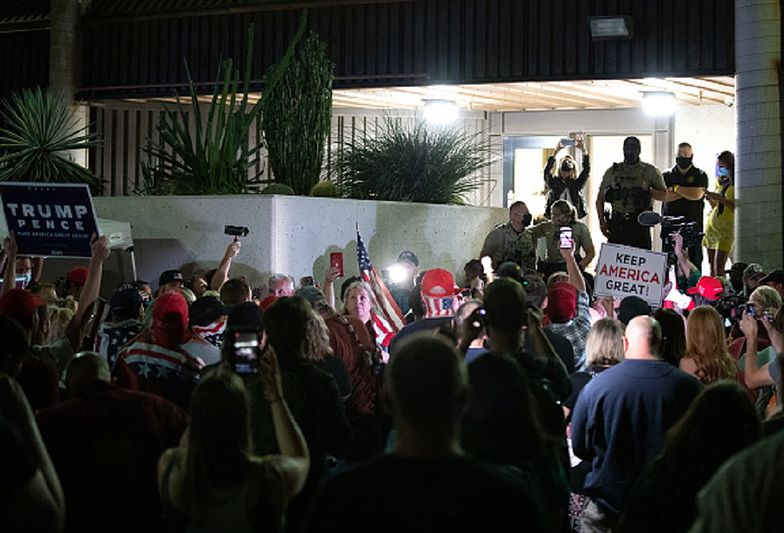 Wybory w USA. Uzbrojeni zwolennicy Trumpa przerywają liczenie głosów