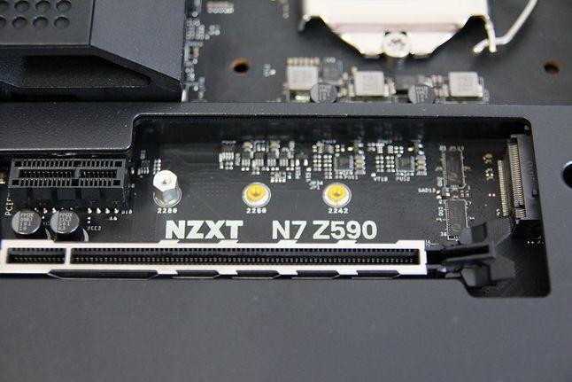 Tylko górne gniazdo M.2 działa w trybie PCIe Gen 4. Płyta nie posiada radiatorów dla SSD.