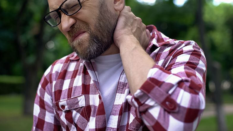 Zesztywniały i bolący kark może być objawem boreliozy