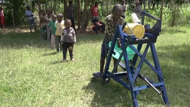 Z maszyny stworzonej przez chłopca korzysta cała wieś.